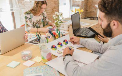 Como manter o foco da equipe no trabalho: pessoas no escritório, trabalhando focadas.