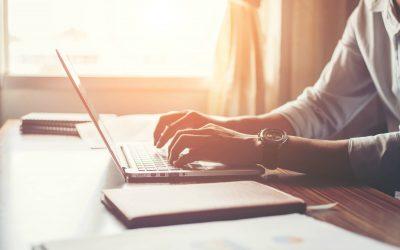 Sistema ERP: Homem usando computador com sistema ERP que atende normas da Anvisa - SAP Business One - EasyOne