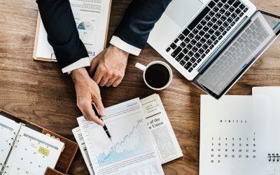 como aumentar os lucros da empresa: empresário analisando documentos