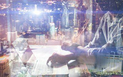 Inteligência artificial: imagem conceito de homem mexendo em computador com sobreposição de luzes e sistema