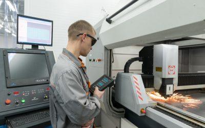 Indústria 4.0: homem controlando máquina com um tablet