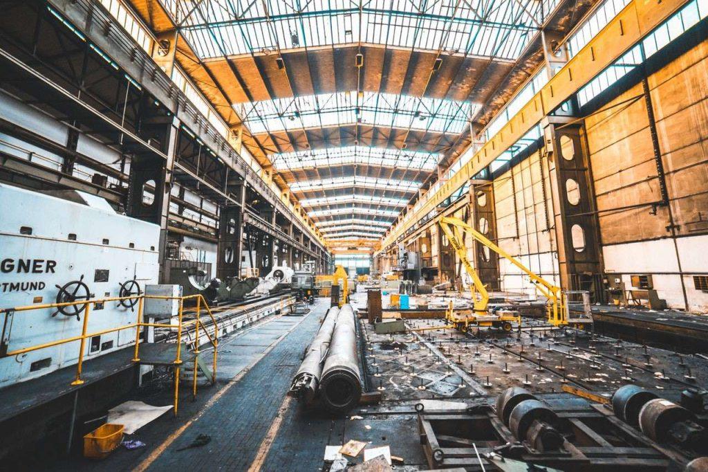 Indústria 4.0: imagem de indústria com tecnologias