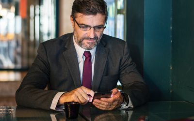 como acelerar performance: ceo olhando o celular