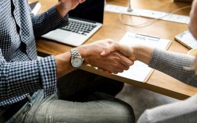 Como melhorar o atendimento ao cliente: imagem de duas pessoas se cumprimentando com as mãos.