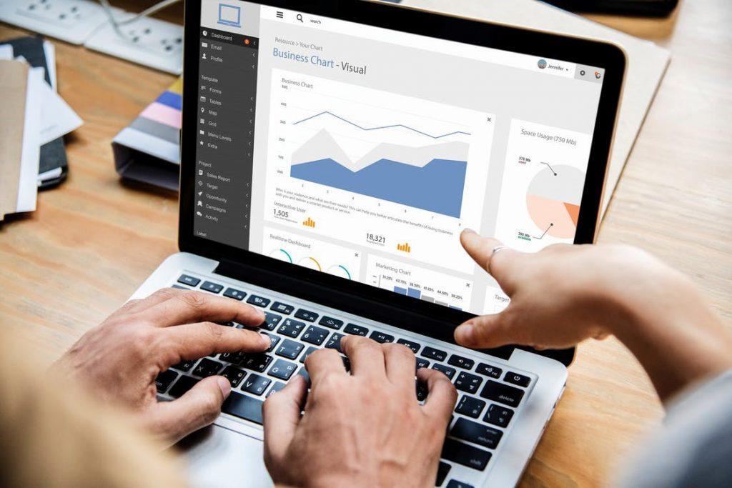 Sistema de gestão empresarial em Curitiba - imagem de um computador com um erp