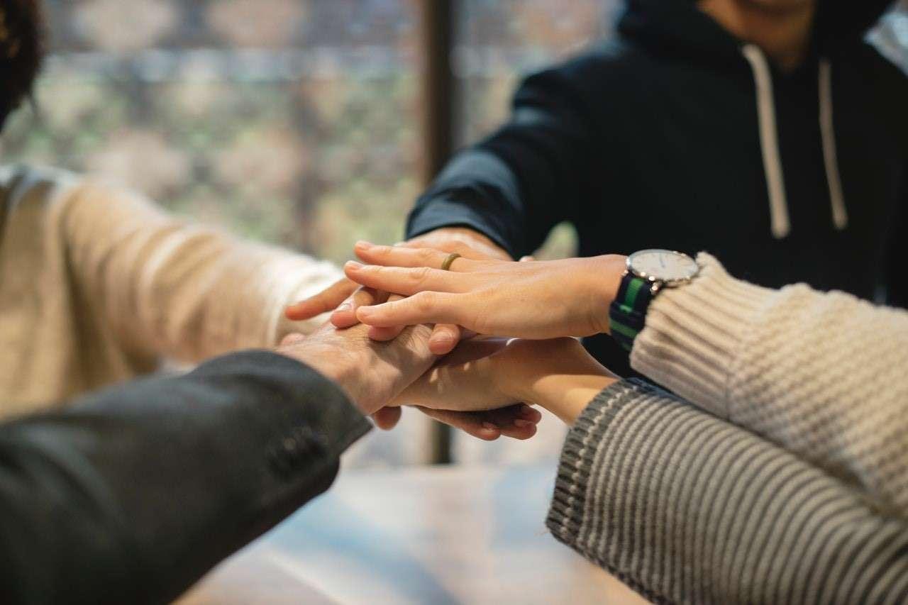 Dicas de liderança: mãos de um time unidas