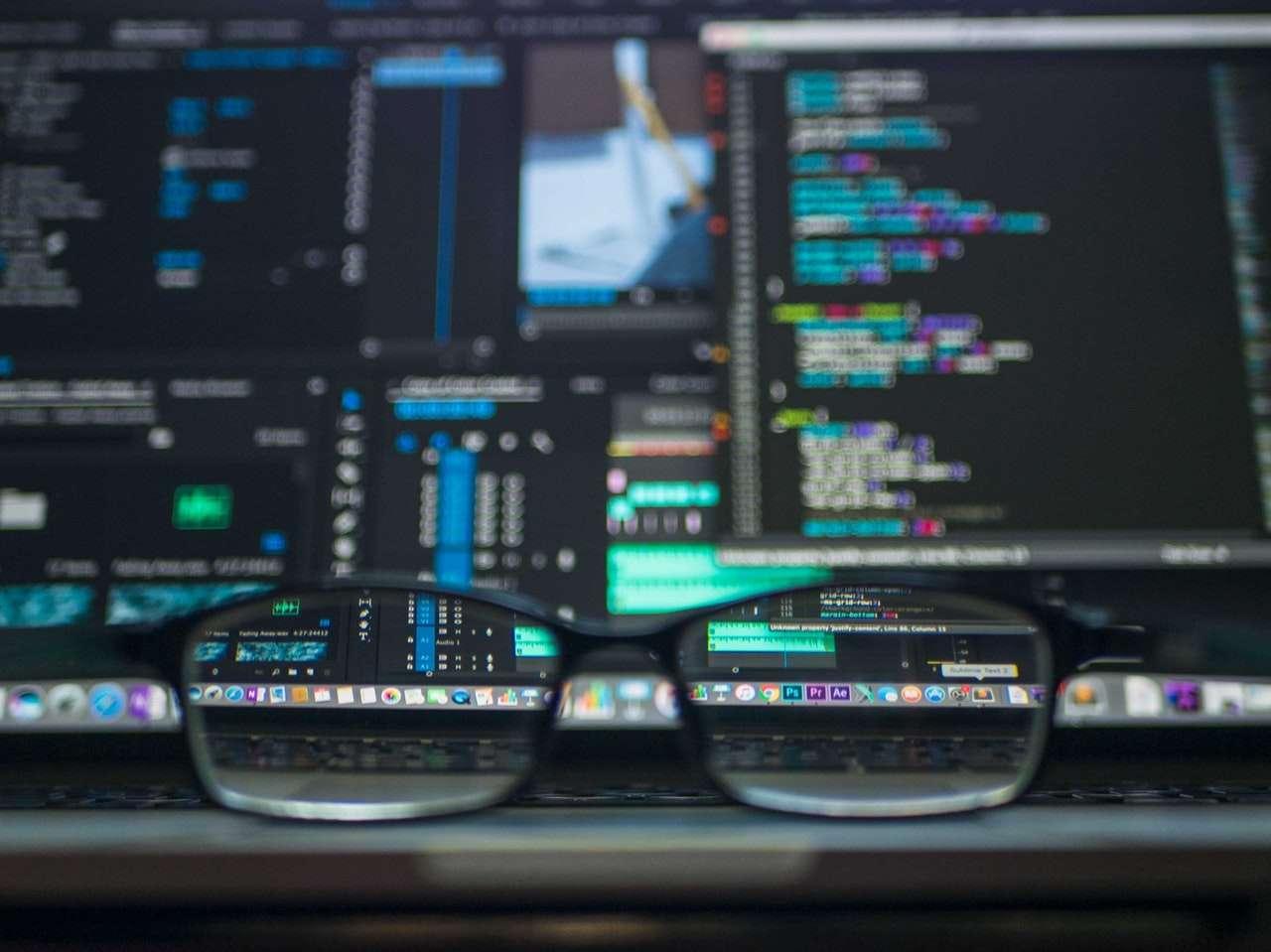 Segurança de dados: imagem de um computador com sistemas e códigos abertos