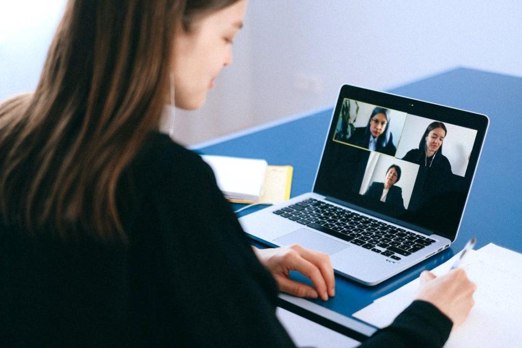 Como ajudar clientes pessoas conversando por web